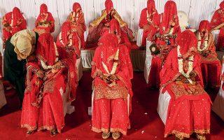 Νύφες σε ομαδικό γάμο (φωτ. A.P.).