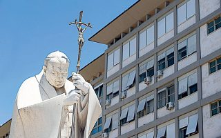 To άγαλμα του Πάπα Ιωάννη Παύλου έξω από το νοσοκομείο Τζεμέλι της Ρώμης, όπου αναρρώνει ο διάδοχός του, Φραγκίσκος (φωτ. EPA)