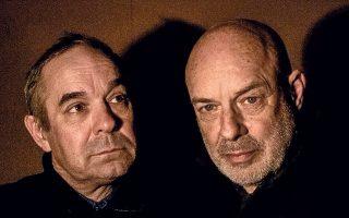 Ο Ρότζερ (αριστερά) και ο Μπράιαν Ινο, σε μια ιστορική για τη μοναδικότητά της συναυλία στις 4 Αυγούστου.