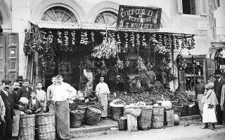 Οπωροπωλείο στο Κολωνάκι, 1904. Ιδιοκτήτες, παραγιοί και υπάλληλοι απαθανατίζονται με την πλούσια εδώδιμη ύλη τους μαζί με πελάτες και περαστικούς. (Φωτ. ALEXANDER LAMONT HENDERSON / ΜΟΥΣΕΙΟ ΜΠΕΝΑΚΗ)