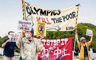 Ιάπωνες πολίτες διαδηλώνουν συχνά κατά των Ολυμπιακών, βλέποντας ότι η συνύπαρξή τους με την πανδημία θα φέρει γι' αυτούς περισσότερα προβλήματα (φωτ. REUTERS / Issei Kato).