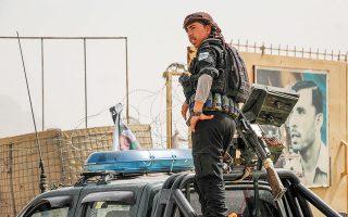 Ανδρας των δυνάμεων ασφαλείας του Αφγανιστάν επιθεωρεί τη σκηνή «τυφλής» βομβιστικής επίθεσης με δύο νεκρούς και 24 τραυματίες, που σημειώθηκε χθες κοντά σε αστυνομικό τμήμα, στο Κανταχάρ (φωτ. EPA).