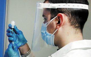 Οι ιατρικοί σύλλογοι της χώρας καλούν τα μέλη τους να βοηθήσουν στην επίτευξη του στόχου για τη δημιουργία του τείχους ανοσίας (φωτ. ΑΠΕ-ΜΠΕ).