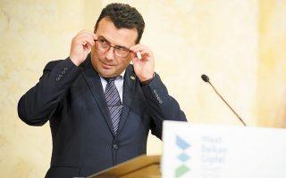 Η δημοσιοποίηση της πρόθεσης του κ. Ζάεφ να προχωρήσει σε υλοποίηση μιας σημαντικής πρόβλεψης της συμφωνίας των Πρεσπών καταγράφεται λίγες ημέρες μετά τη σαφή προειδοποίηση εκ μέρους των Αθηνών για «πάγωμα» της ψήφισης από τη Βουλή των Ελλήνων των μνημονίων συνεργασίας (φωτ. EPA/CHRISTIAN BRUNA).
