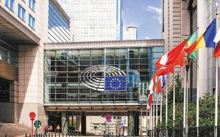 Ο επίτροπος Οικονομίας Πάολο Τζεντιλόνι σημείωσε ότι «η αβεβαιότητα σχετικά με την προοπτική της ευρωπαϊκής οικονομίας θα παραμείνει υψηλή όσο η πανδημία εξακολουθεί να κρέμεται πάνω από την οικονομία».