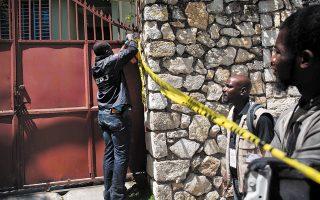 Ενοπλοι δολοφόνησαν τον πρόεδρο της Αϊτής, Ζοβενέλ Μοΐζ, μέσα στο σπίτι του, μία ώρα μετά τα μεσάνυχτα. Η πιο φτωχή χώρα του δυτικού ημισφαιρίου κηρύχθηκε σε κατάσταση εκτάκτου ανάγκης, ενώ η διεθνής κοινότητα ανησυχεί για εκτροχιασμό της ενδημικής πολιτικής βίας (φωτ. A.P. Photo / Joseph Odelyn).