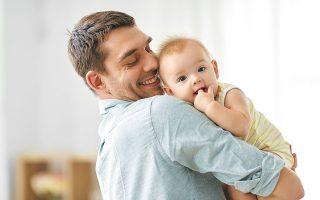Ο εργαζόμενος πατέρας μπορεί να λάβει 2 ημέρες άδεια πριν από την αναμενόμενη ημερομηνία τοκετού και τις άλλες 12 συνολικά ή τμηματικά, εντός 30 ημερών από την ημερομηνία γέννησης. Μπορεί βέβαια να λάβει και το σύνολο της άδειας αμέσως μετά τη γέννηση (φωτ. SHUTTERSTOCK).