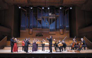 Η Καμεράτα - Ορχήστρα των Φίλων της Μουσικής, υπό τη διεύθυνση του μαέστρου Γιώργου Πέτρου (φωτ. ΑΠΕ-ΜΠΕ/ΜΕΓΑΡΟ ΜΟΥΣΙΚΗΣ ΑΘΗΝΩΝ/ΧΑΡΗΣ ΑΚΡΙΒΙΑΔΗΣ).