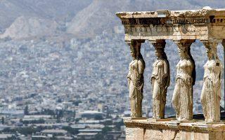 Τα γλυπτά του Παρθενώνα δημιουργήθηκαν ως αρχιτεκτονικά και συμβολικά μέρη του ναού της Αθηνάς, που χτίστηκε στο απόγειο του αρχαίου ελληνικού πολιτισμού τον 5ο αιώνα π.Χ. Του Παρθενώνα, που σπαράχθηκε και διαμελίστηκε όπως ο Πενθέας από τις Μαινάδες και τα κομμάτια του σκόρπισαν στην Ευρώπη σαν κλοπιμαία - λάφυρα (φωτ. A.P. Photo/Lefteris Pitarakis).