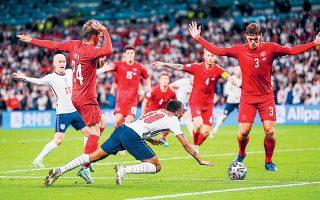 Ο διαιτητής Μακέλι έκρινε στο 12ο λεπτό της παράτασης του προχθεσινού ημιτελικού μεταξύ Αγγλίας και Δανίας ότι ο Στέρλινγκ ανατράπηκε από τον Γιόακιμ Μέλε. Ενα λίαν αμφισβητούμενο πέναλτι, που προκάλεσε αντιδράσεις (φωτ. REUTERS/Laurence Griffiths).