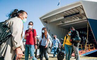 Κατά τη διάρκεια της χθεσινής συνεδρίασης της επιτροπής εμπειρογνωμόνων, συζητήθηκε το ενδεχόμενο να καταστεί υποχρεωτικός ο μοριακός έλεγχος ή ο έλεγχος με rapid test όσων ανεμβολίαστων ταξιδιωτών παίρνουν το πλοίο ή το αεροπλάνο της επιστροφής από τα νησιά.