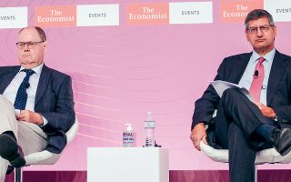 Ο διευθύνων σύμβουλος της Εθνικής Τράπεζας Παύλος Μυλωνάς (δεξιά) και ο πρώην υπουργός Οικονομικών της Γερμανίας Πέερ Στάινμπρουκ στο συνέδριο του Economist.