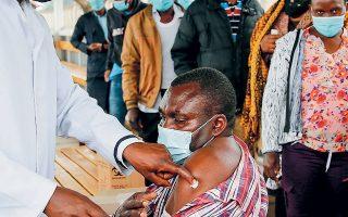 Eμβολιασμός με το σκεύασμα της AstraZeneca σε νοσοκομείο του Ναϊρόμπι, στην Κένυα. Η μετάλλαξη «Δέλτα» έχει σπείρει τον όλεθρο στην Αφρική (φωτ. A.P.).