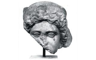 Γυναικεία κεφαλή από αρχιτεκτονικό ανάγλυφο εντοιχισμένη στο θαλάσσιο τείχος Θεσσαλονίκης, Αρχαιολογικό Μουσείο Θεσσαλονίκης.