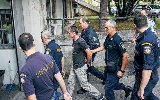 O Ρώσος υπήκοος Aλεξάντερ Βίνικ οδηγείται από αστυνομικούς στο δικαστήριο, τον Σεπτέμβριο του 2017, στη Θεσσαλονίκη (φωτ. REUTERS).
