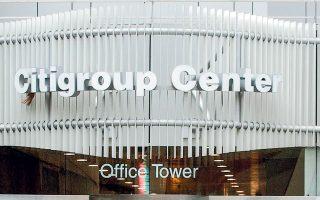 Οι αμερικανικές τράπεζες J.P. Morgan Chase και Goldman Sachs είναι αποφασισμένες να δουν όλο το προσωπικό τους να επιστρέφει στο γραφείο, ενώ άλλες όπως οι Nomura Holdings, Citigroup υιοθετούν ευέλικτα προγράμματα.
