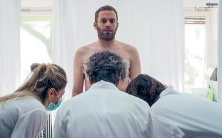Ο Ομηρος Πουλάκης υποδύεται τον Αρη, ένα επιτυχημένο στέλεχος εταιρείας, που μαθαίνει πως είναι φορέας ενός σεξουαλικά μεταδιδόμενου ιού, εξαιρετικά επικίνδυνου για τις γυναίκες, και αναλαμβάνει να ειδοποιήσει ο ίδιος τις πρώην συντρόφους του.
