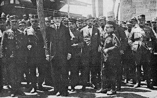 Κιουτάχεια, Ιούλιος 1921. Διακρίνονται πέντε από τους επτά που συμμετείχαν στο μοιραίο πολεμικό συμβούλιο. Από αριστερά: (1) ΑναστάσιοςΠαπούλας, (2) Δημήτριος Γούναρης, (3) Βίκτωρ Δούσμανης, (4) Νικόλαος Θεοτόκης, (5) Ξενοφών Στρατηγός.
