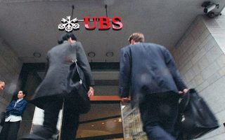 Τα δάνεια που είναι σε μορατόρια στη χώρα μας είναι ελάχιστα, σημειώνει η ελβετική τράπεζα. Σε έκθεσή της η UBS επισημαίνει ότι το συνολικό ποσοστό των NPLs στην Ελλάδα έχει υποχωρήσει, κάνοντας τη χώρα να ξεχωρίζει σε σύγκριση με τα υπόλοιπα κράτη της περιφέρειας της Ευρωζώνης.
