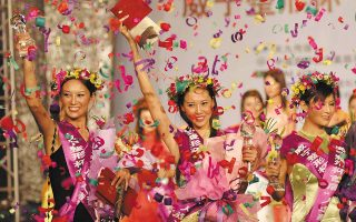 Τεράστια αποδοχή γνωρίζουν οι πλαστικές επεμβάσεις στην Κίνα, γεγονός που το αποδεικνύει και η ύπαρξη καλλιστείων με τίτλο «Μις Τεχνητή Ομορφιά», απ' όπου και η φωτογραφία (φωτ.  EPA/Wu hong).