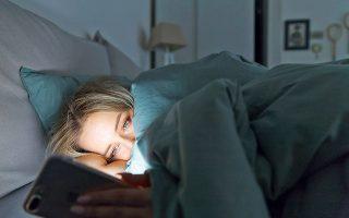 Οι ειδικοί προτείνουν να αποφεύγετε το κινητό σας, καθώς το μπλε φως που εκπέμπει μπορεί να καταστείλει την παραγωγή μελατονίνης, της ορμόνης που μας βοηθά να νιώθουμε υπνηλία (φωτ. Shutterstock).