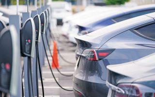 O προτεινόμενος νέος κανονισμός για τις υποδομές εναλλακτικών καυσίμων στοχεύει να διασφαλίσει ότι οι οδηγοί ηλεκτρικών οχημάτων θα έχουν σε κάθε κράτος-μέλος πρόσβαση σε επαρκείς υποδομές για τη φόρτιση των αυτοκινήτων τους (φωτ. A.P. Photo/David Zalubowski).