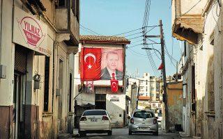 Πυρετώδεις είναι οι προετοιμασίες για το ταξίδι του Ρετζέπ Ταγίπ Ερντογάν στα Κατεχόμενα, το οποίο θα πραγματοποιηθεί στις 20 Ιουλίου. Η Αγκυρα θέλει να δώσει εθνικιστικό και θρησκευτικό τόνο στην παρουσία του Τούρκου προέδρου στην αυτοαποκαλούμενη «ΤΔΒΚ» (φωτ. αρχείου, A.P. Photo/Nedim Enginsoy).