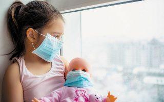 Μεγάλο κίνδυνο από τη «μακρά COVID» διατρέχουν τα παιδιά, ακόμη και αν είχαν ήπια συμπτώματα ή ήταν ασυμπτωματικά. Μελέτη της πολυκλινικής Τζεμέλι της Ρώμης, σε παιδιά 6-16 ετών, διαπίστωσε ότι το 30% ανέφερε τουλάχιστον δύο συμπτώματα τέσσερις μήνες μετά τη λοίμωξη, ενώ ακόμη ένα 25% ταλαιπωρείτο από τρία ή περισσότερα συμπτώματα, όπως αϋπνία, μυαλγίες, κόπωση και συμπτώματα κρυολογήματος, για μήνες.