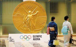 Αναπαράσταση, σε μεγέθυνση, του χρυσού μεταλλίου των Ολυμπιακών Αγώνων του Τόκιο 2020 στην είσοδο εμπορικού κέντρου της ιαπωνικής πρωτεύουσας. Οι Αρχές έχουν λάβει μια σειρά υγειονομικών μέτρων και περιορισμών για την ασφαλή διεξαγωγή των Αγώνων, οι οποίοι θα γίνουν χωρίς την παρουσία θεατών. (Φωτ. REUTERS / Kim Kyung-Hoon)