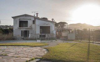 Τρία χρόνια μετά τη φονική πυρκαγιά στην Ανατολική Αττική, αρκετά σπίτια έχουν αποκατασταθεί. Σε κάποια σημεία στο Μάτι έχουν απομείνει σημάδια που θυμίζουν εκείνη την ημέρα. Δεν σβήνουν όμως οι μνήμες και η αγωνία που πυροδοτείται από κάποια μυρωδιά καπνού ακόμη και από το φύσημα του ανέμου. (Φωτ. ΟΡΕΣΤΗΣ ΣΕΦΕΡΟΓΛΟΥ)
