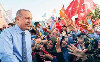 Διπλωματικοί κύκλοι εκτιμούν πως οι κ. Ερντογάν, Μπαχτσελί και Τατάρ θα αξιοποιήσουν την επέτειο του «Αττίλα» για να προκαλέσουν και να προβάλουν ακραίες θέσεις (φωτ. αρχείου από επίσκεψη του Τούρκου προέδρου στα Κατεχόμενα, Presidency Press Service via A.P.).
