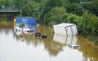 Στο Ερφσταντ της Γερμανίας φορτηγά και αυτοκίνητα είναι βυθισμένα στο νερό.