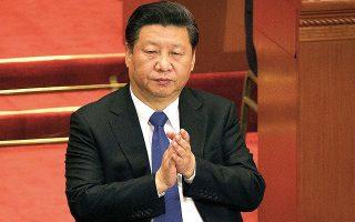 Εν μέσω των τεταμένων σχέσεων με τις ΗΠΑ, ο Σι Τζινπίνγκ επιβεβαιώνει την αποφασιστικότητά του να προχωρήσει στην αναδιάρθρωση της εγχώριας κατανάλωσης και της ανάπτυξης της τεχνολογίας στην Κίνα (φωτ. A.P.).