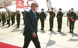 Ο κ. Ερντογάν έφτασε στην Κύπρο χθες το μεσημέρι και αργότερα πραγματοποίησε την ομιλία του στο «κοινοβούλιο», αναφέροντας μεταξύ άλλων πως η Αγκυρα θα συνεχίσει να προστατεύει τα δικαιώματά της στην Ανατολική Μεσόγειο, όπως και αυτά των Τουρκοκυπρίων (ΦΩΤ. Turkish Presidency/Pool via AP)).