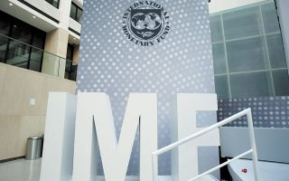 Ο αναπληρωτής διευθυντής του Ταμείου, Τζέφρι Οκαμότο, προτείνει την ταχύτερη αναδιάρθρωση και εκκαθάριση των μη βιώσιμων επιχειρήσεων και πολιτικές για την επανακατάρτιση του εργατικού δυναμικού.