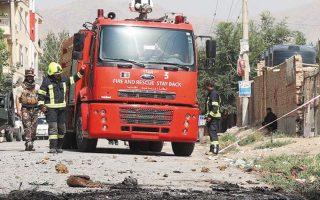 Αποψη του «τοπίου» μετά τη χθεσινή επίθεση στην Καμπούλ, για την οποία ουδείς ανέλαβε την ευθύνη (φωτ. EPA).