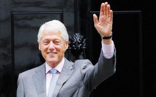 Ο Μπιλ Κλίντον σε επίσκεψή του στην πρωθυπουργική κατοικία στο Λονδίνο το 2017 (φωτ. A.P. Photo / Alastair Grant).