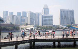 Οι πόλεις που θα αποτελέσουν κόμβο καινοτομίας και τεχνολογίας τα επόμενα 4 χρόνια είναι η Σιγκαπούρη (φωτογραφία), η οποία κατατάσσεται στην πρώτη θέση, ακολουθούμενη από τη Νέα Υόρκη και το Τελ Αβίβ που μοιράζονται τη δεύτερη, το Πεκίνο, το Λονδίνο, τη Σαγκάη, το Τόκιο, την Μπανγκαλόρ στην Ινδία, το Χονγκ Κονγκ και το Οστιν και το Σιάτλ μαζί στη δέκατη (φωτ. A.P.).