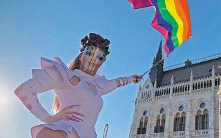 Στιγμιότυπο από διαδήλωση των ΛΟΑΤΚΙ στη Βουδαπέστη μπροστά από τη Βουλή της Ουγγαρίας (φωτ. A.P. Photo/Bela Szandelszky).