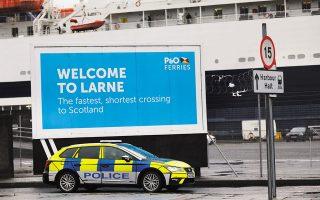 Ο Βρετανός υπουργός Brexit ζητεί αλλαγή του βορειοϊρλανδικού πρωτοκόλλου, που αφορά τους ελέγχους στα σύνορα Ιρλανδίας και Βόρειας Ιρλανδίας. Στη φωτογραφία, περιπολικό στο λιμάνι του Λάρνε, στη Βόρεια Ιρλανδία.