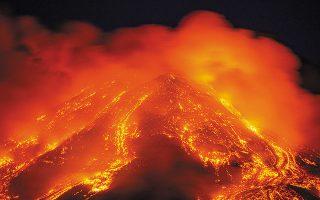 Από τον Φεβρουάριο το ηφαίστειο εκρήγνυται συνεχώς, δημιουργώντας σιντριβάνια λάβας ύψους 2.000 μέτρων.