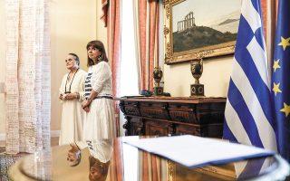 Η Πρόεδρος της Δημοκρατίας με την Αγγελική Γιαννακίδου (φωτ. ΘΟΔΩΡΗΣ ΜΑΝΩΛΟΠΟΥΛΟΣ).