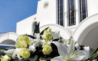Λευκά λουλούδια για το τελευταίο ταξίδι της Γαρυφαλλιάς Ψαράκου, έξω από τον ιερό ναό Αγίου Γεωργίου στο Βέλο Κορινθίας, όπου τελέσθηκε την περασμένη Δευτέρα η κηδεία της 26χρονης (φωτ. ΑΠΕ).