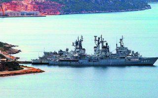 Η ναυτική βάση της Σούδας είναι μία από τις μεγαλύτερες εγκαταστάσεις των ΗΠΑ στη Μεσόγειο και είναι κρίσιμη για την προστασία των αμερικανικών συμφερόντων από τη Διώρυγα του Σουέζ έως τα Στενά των Δαρδανελλίων, ενώ υπάρχουν περιθώρια αύξησης και εμβάθυνσης των αμυντικών δεσμών ΗΠΑ - Ελλάδας. Φωτ. EPA/ORESTIS PANAGIOTOU