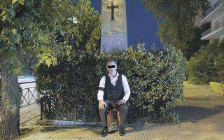 Στιγμιότυπο από το «Φάντασμα της Ελευθερίας» (2021) του Σπύρου Βραχωρίτη, που στέκεται μπροστά στο μνημείο του Ιωνος Δραγούμη.