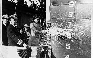 Η Ελίζαμπεθ Ρόγιαλ, ανάδοχος του αντιτορπιλικού «Knight», βαπτίζει το πλοίο στη Βοστώνη, στις 27 Σεπτεμβρίου 1941 (φωτ. Naval History and Heritage Command).