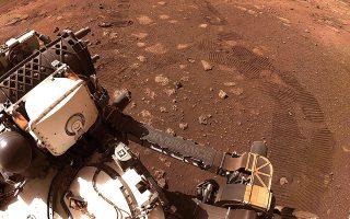 Το Perseverance έχει φτάσει στο σημείο όπου θα τρυπήσει τους επικαλυμμένους με σκόνη βράχους που βρίσκονται στο δάπεδο του κρατήρα Τζέζερο (φωτ. NASA/JPL-Caltech via AP).