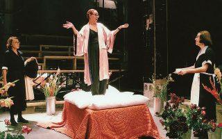 Η Μάγια Λυμπεροπούλου, στο κέντρο, στην παράσταση οι «Δούλες» του Ζαν Ζενέ, που σκηνοθέτησε ο Λευτέρης Βογιατζής στο Θέατρο της οδού Κεφαλληνίας.