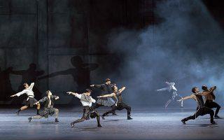 Στιγμιότυπο από την παράσταση «Χορός με τη σκιά μου», η οποία φέρνει το Μπαλέτο της Εθνικής Λυρικής στο Ηρώδειο έπειτα από δεκαέξι χρόνια (φωτ. ΜΑΡΙΑ ΧΕΙΛΟΠΟΥΛΟΥ).