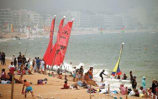 Γεμάτη χθες, παρά τις προειδοποιήσεις κατά της χαλάρωσης των μέτρων, η δημοφιλής παραλία της Λα Μπολ, στη νοτιοδυτική Γαλλία (φωτ. REUTERS).
